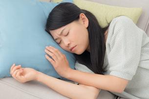ソファに横たわる女性の写真素材 [FYI04696575]