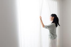 日本人女性の写真素材 [FYI04696603]