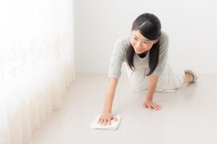 掃除する女性の写真素材 [FYI04696608]