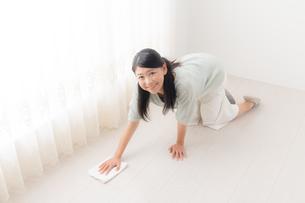 掃除する女性の写真素材 [FYI04696617]