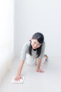 掃除する女性の写真素材 [FYI04696621]