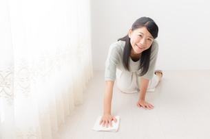 掃除する女性の写真素材 [FYI04696622]