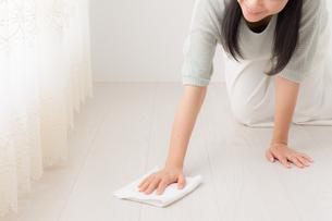 掃除する女性の写真素材 [FYI04696623]