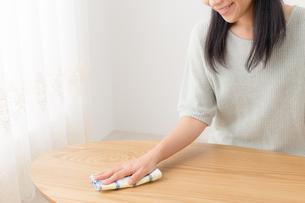 掃除する女性の写真素材 [FYI04696629]
