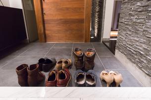 靴の並んだ玄関の写真素材 [FYI04696708]