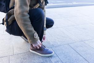 靴ひもを結ぶ男性の写真素材 [FYI04696761]
