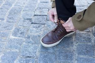 靴ひもを結ぶ男性の写真素材 [FYI04696764]