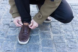 靴ひもを結ぶ男性の写真素材 [FYI04696766]