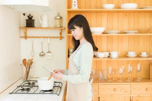 エプロン姿の日本人女性の写真素材 [FYI04696918]