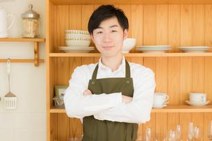 エプロン姿の日本人男性の写真素材 [FYI04696942]