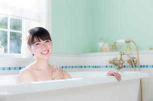 入浴する女性の写真素材 [FYI04697027]
