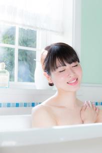 入浴する女性の写真素材 [FYI04697045]