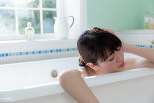 入浴する女性の写真素材 [FYI04697070]
