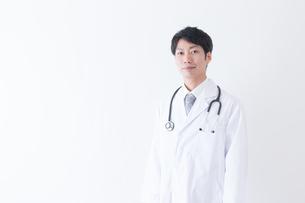日本人男性医師の写真素材 [FYI04697640]