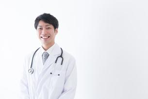 日本人男性医師の写真素材 [FYI04697646]