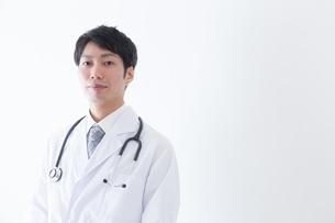 日本人男性医師の写真素材 [FYI04697656]