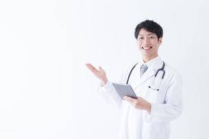 日本人男性医師の写真素材 [FYI04697683]