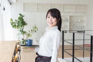 カフェの女性店員の写真素材 [FYI04697851]
