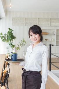 カフェの女性店員の写真素材 [FYI04697855]