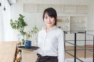 カフェの女性店員の写真素材 [FYI04697856]