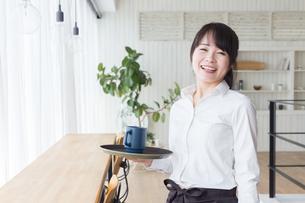 カフェの女性店員の写真素材 [FYI04697858]