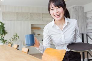 カフェの女性店員の写真素材 [FYI04697860]