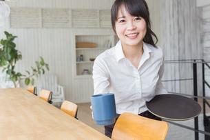 カフェの女性店員の写真素材 [FYI04697861]
