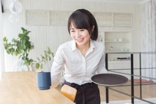 カフェの女性店員の写真素材 [FYI04697867]