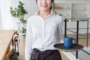 カフェの女性店員の写真素材 [FYI04697868]