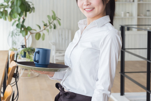 カフェの女性店員の写真素材 [FYI04697870]