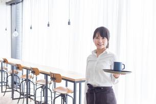 カフェの女性店員の写真素材 [FYI04697872]