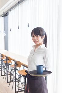 カフェの女性店員の写真素材 [FYI04697873]