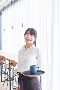 カフェの女性店員の写真素材 [FYI04697876]