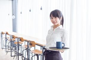 カフェの女性店員の写真素材 [FYI04697878]