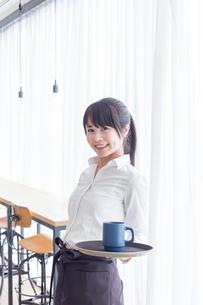 カフェの女性店員の写真素材 [FYI04697879]