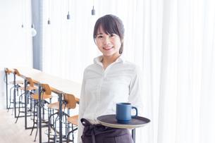 カフェの女性店員の写真素材 [FYI04697881]