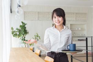 カフェの女性店員の写真素材 [FYI04697882]
