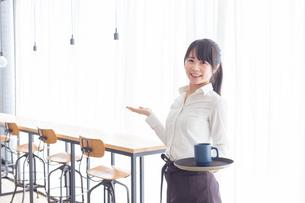 カフェの女性店員の写真素材 [FYI04697885]