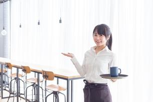 カフェの女性店員の写真素材 [FYI04697886]