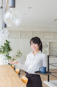 カフェの女性店員の写真素材 [FYI04697887]