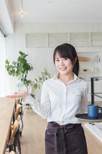 カフェの女性店員の写真素材 [FYI04697899]