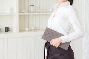カフェの女性店員の写真素材 [FYI04697909]
