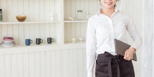 カフェの女性店員の写真素材 [FYI04697910]