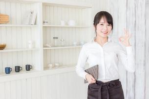 カフェの女性店員の写真素材 [FYI04697916]