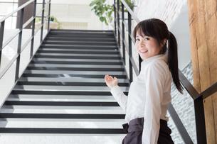 カフェの女性店員の写真素材 [FYI04697919]
