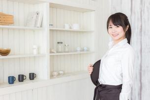 カフェの女性店員の写真素材 [FYI04697921]