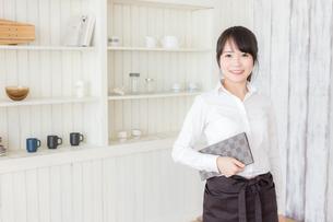 カフェの女性店員の写真素材 [FYI04697925]