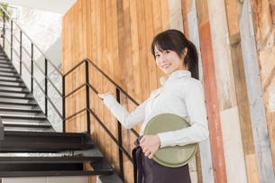 カフェの女性店員の写真素材 [FYI04697935]