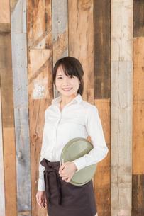 カフェの女性店員の写真素材 [FYI04697941]