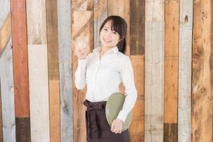 カフェの女性店員の写真素材 [FYI04697952]